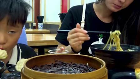 大sao去上海下馆子,第一次吃冷面配蟹黄包,烫嘴的蟹黄包太鲜了