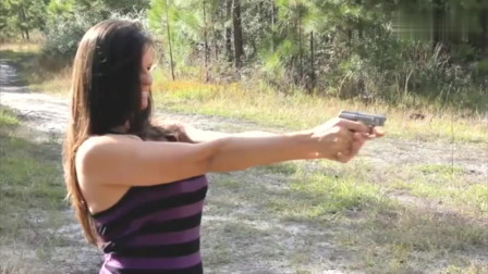 美女开枪射击的瞬间