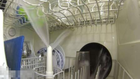 洗碗机是怎样洗碗的呢?把相机放在洗碗机里面,拍下了这震撼的一幕!