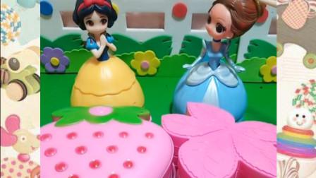白雪和贝尔拿来了树叶和草莓,小朋友喜欢粉色的吗?