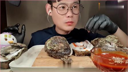 韩国吃货小哥,吃大生蚝,配上酱料,看看这吃法,吃得太过瘾了。