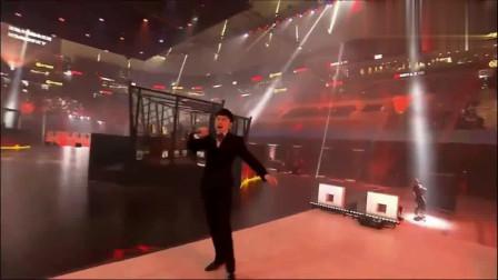 张杰在霸气演唱《天下》没想到伴奏出故障,清唱实力救场!