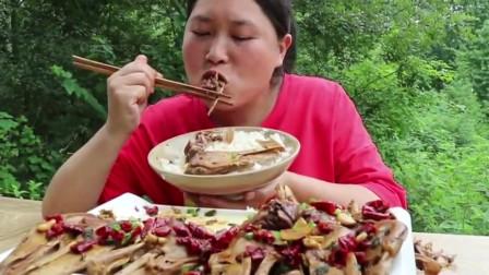 胖妹子买5斤鸭头解馋,啃的连皮都没剩下,吃相太狠了