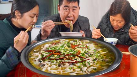 """5斤草鱼2种酸菜,超小厨做""""大盆酸菜鱼""""辣椒面拌饭吃,辣过瘾"""