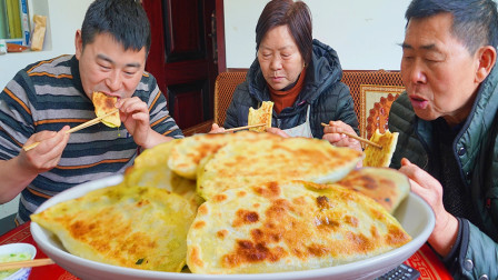 韭菜鸡蛋3斤面粉,媳妇下厨25个韭菜盒子,超小厨尖椒炒肉配稀饭