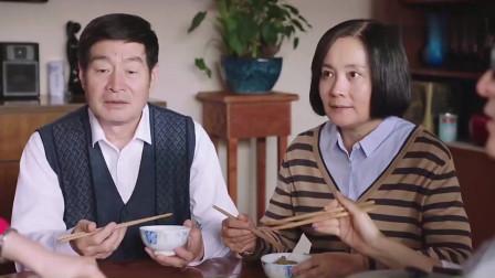 爸妈还没动筷子美女便把饭拨了一半带走,结果美女还自认为很懂事