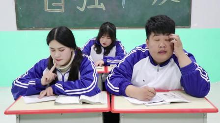 """学霸王小九校园剧:""""18年后的我""""第一集,没想马三胖18年后竟在街头啃干馍!太逗了"""