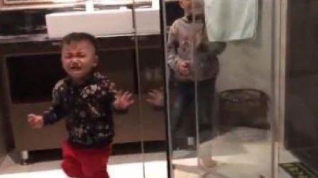 """弟弟误""""撞""""玻璃门,爸爸却忍不住的笑了,网友:太心疼弟弟了"""