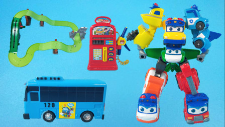 公交车太友热心帮助朋友