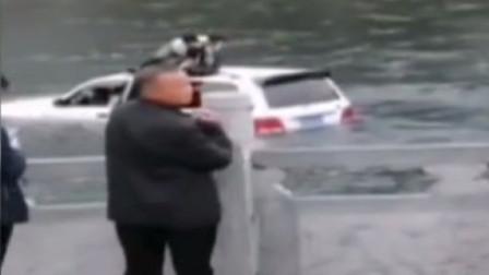 司机把越野车当船开,本想乘风破浪,却被水淹了引擎爬在车顶求救