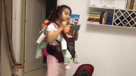 """""""超人妈妈""""火了,一前一后背2娃走着吃饭,网友:母爱太伟大了"""