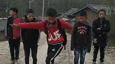 村里的孩子自学舞蹈,我被他们的舞姿吸引住了,让你们生在农村真是屈才了!