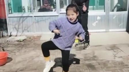 女儿最近喜欢上了这个舞曲,只要音乐一开就跳舞,奶奶都看烦了还在跳!