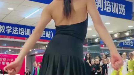女儿参加拉丁舞比赛,一上场就开始使劲扭,难道这就是专业的样子?