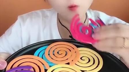 萌姐试吃:彩色巧克力卷,嘎嘣脆,看着好过瘾呀!