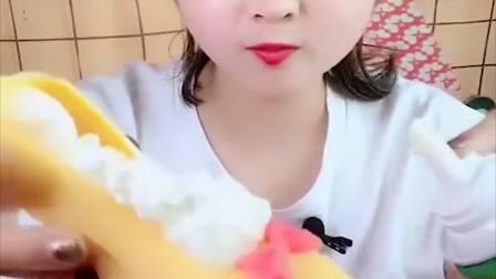 萌姐试吃:彩色巧克力沾奶油,看起来真美味!