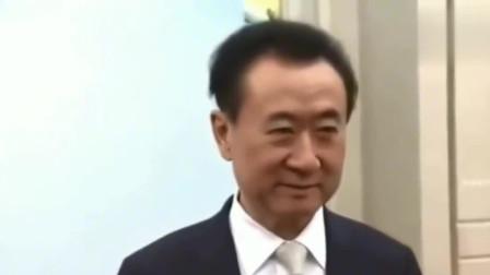 王健林接受电视台采访,保镖在一旁严阵以待,年薪得多少?