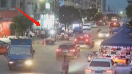 司机驾车分神,路边男孩被卷入车底,民警呼唤路人合力救援