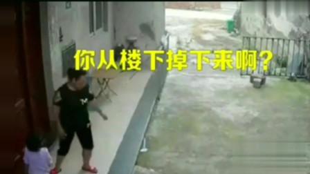 做父母的一定要上心,小孩一人在家从二楼窗户掉下,在门口等妈妈