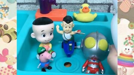 大头儿子乔治和奥特曼都来洗澡喽,好好玩的泡沫啊