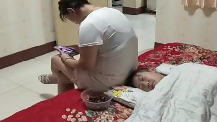 熊孩子假装睡觉,竟然打的是坑娘的主意,太会玩了!