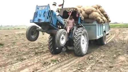 印度, 拖拉机严重超载翘头, 小哥胆子真大这样来解决!