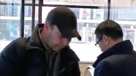 华人在瑞典地铁站口派发口罩来看看外国人的反应