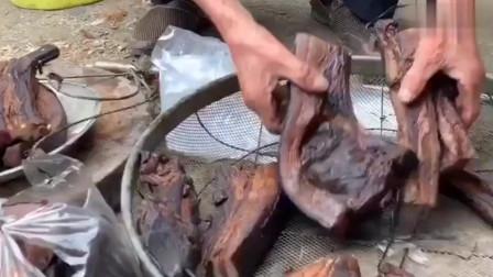 农村的日常生活,老爷爷制作的腊肉,看着就有食欲