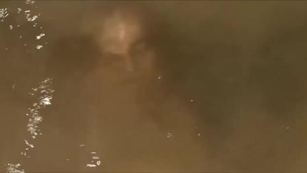 电影:正在湖边洗脸的小伙,看到湖面浮现一张人脸,瞬间吓懵了