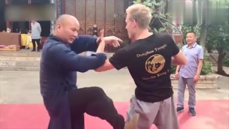 武僧与老外切磋中国武术,被轻松摔倒