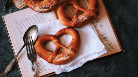 超详细步骤教你制作经典的德国碱水面包-Pretzel