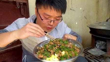 一斤辣椒开胃,爆椒鸡胗拌一盆饭太香了,肉里挑辣椒吃,真过瘾