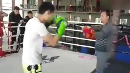 我只想对练太极的大叔说,你会武术吗看看怎么被KO的