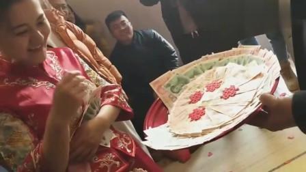 广东新娘舍不得把钱拿光,父亲一把把钱全部塞给了她,这就是父爱啊