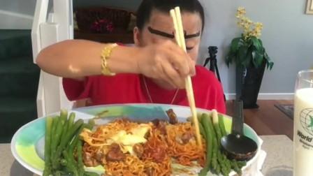 泰国富婆用手吃面,筷子都拿不稳,吃一餐饭太滑稽了!