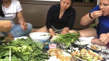 泰国主妇和朋友聚餐,罗非鱼,蔬菜沙拉太丰盛了,真能吃