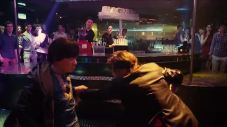 王宝强和甄子丹在酒吧决斗,吓懵了旁人,这段打戏太精彩