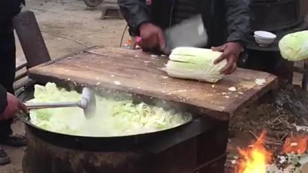 农村的大锅菜就这样,白菜只切几下就下锅炒,这样吃起来才有感觉!