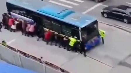 公交车在路上发生故障,全车乘客下车帮忙推赶,换做你也会这么做吧?