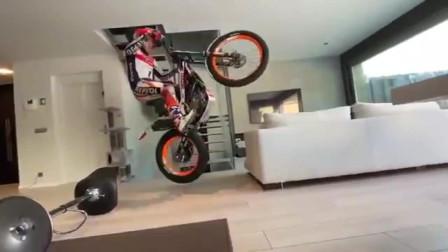 看看疫情期间在家训练的摩托车手!
