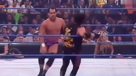 WWE:猛男以为抱的是女友,抬头一看是猛女柴娜,差点蒙圈