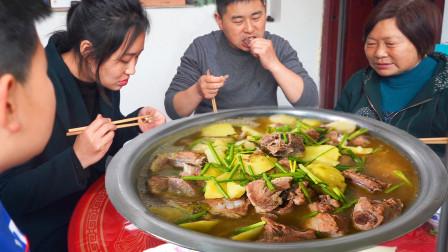 四斤猪排配土豆,母子合力下厨房,排骨汤锅真够味,小厨嫌饭太少
