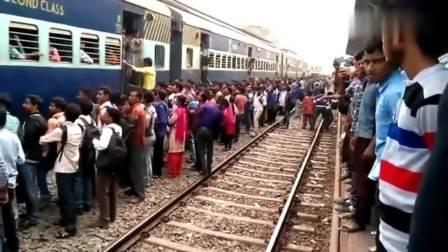 印度火车站,上不上的去全凭本事!