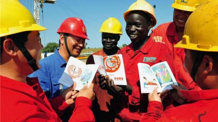 """非洲工人发完工资就不见?中国老板""""一招制敌"""", 让他们不敢走"""