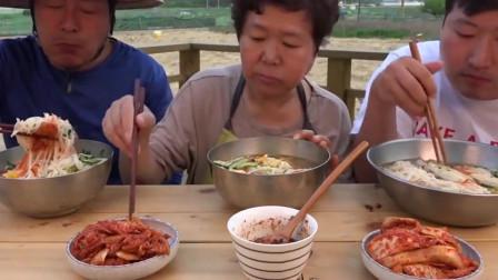 韩国一家三口今天吃鸡蛋素面,老妈子的泡菜才是经典!