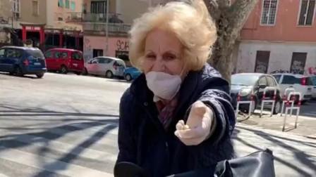 外国老奶奶太可爱了,领取中国捐赠的口罩,高兴地像个孩子样!