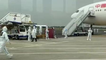 祖国派包机到意大利接华人回国,费了大量人力物力入关,到五星级酒店隔离!