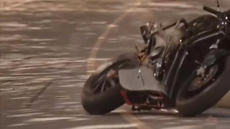 这就是骑摩托车不专心的下场!
