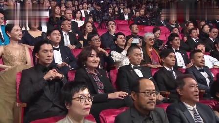 谢金燕上台颁奖发言提到刘德华,华仔台下随即互动。