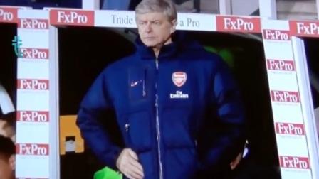 场边的足球教练不甘寂寞,接下来的一个动作,谁也没想到